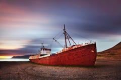 Ruhige Ansicht des Atlantiks an der D?mmerung Schiffswrack im Island, Europa Szenisches Bild der sch?nen Naturlandschaft lizenzfreies stockfoto