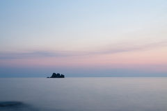Ruhige Ansicht mit Felsen am Sonnenuntergang Stockbild