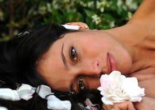 Ruhige Bildfrau mit einer Blume stockfoto