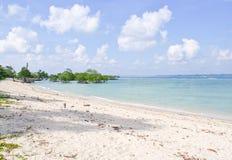 Ruhige blaue Landschaft mit weißem Sand Lizenzfreies Stockbild
