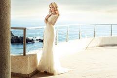 Ruhige blonde Braut, die auf ihren Ehemann wartet Stockbild