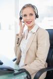 Ruhige blonde Call-Center-Mittelaufstellung Lizenzfreies Stockbild
