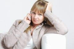 Ruhige Blondine auf weißem Mobiltelefon Stockbilder