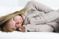 Ruhige Blondine entspannte sich auf Sofa Lizenzfreie Stockfotos