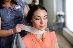 Ruhige Dame bereitet sich für Haarschnitt im Salon vor stockfotos