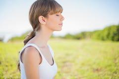 Ruhige entspannende Außenseite der jungen Frau Lizenzfreies Stockfoto
