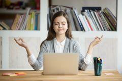 Ruhige entspannte Frau, die mit Laptop, kein Druck bei der Arbeit meditiert lizenzfreies stockbild