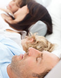 Ruhige Familie, die zusammen morgens schläft Lizenzfreies Stockfoto