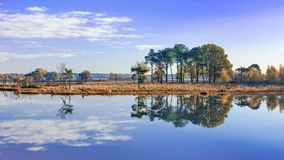 Ruhige Fenne mit Wolken reflektierten sich im ruhigen Wasser, Turnhout, Belgien lizenzfreie stockbilder