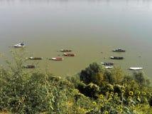 Ruhige Flusswasser und ein Boot Lizenzfreies Stockfoto