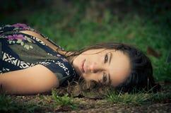 Ruhige Frau, die in den Park legt Stockbild