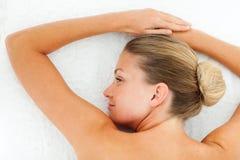 Ruhige Frau, die nach Badekurortbehandlung sich entspannt Stockfotos