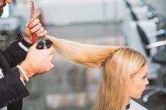 Ruhige Frau erhält einen Haarschnitt Lizenzfreies Stockfoto