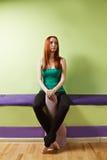 Ruhige Frau im grünen Hemd mit Matte Stockfotos