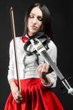 Ruhige Frau, welche die Violine auf einem schwarzen Hintergrund spielt stockfotos