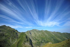 Ruhige grüne Berge u. ausgezeichneter Sommerhimmel Lizenzfreie Stockbilder