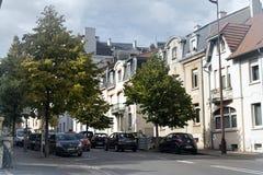 Ruhige grüne Straße Metz im alten Viertel der Stadt Stockfotos
