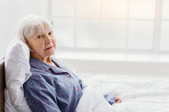 Ruhige Großmutter, die im Krankenhausbüro stillsteht lizenzfreie stockbilder
