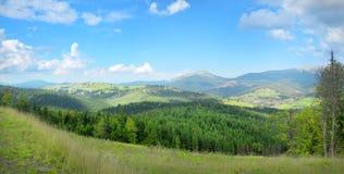 Ruhige Hochebene des Bergpanoramas auf Ukrainisch Karpaten Lizenzfreies Stockbild