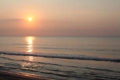 Ruhige Küstenlandschaft des Sonnenaufgangs Stockfoto