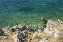 Ruhige Küstensommerszene mit azurblauem Meer Lizenzfreie Stockfotografie