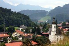 Ruhige kleine Stadt unter Bergen lizenzfreie stockfotografie