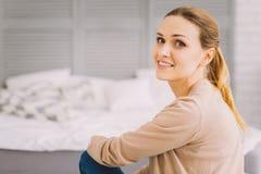Ruhige lächelnde Frau, die beim Sein zu Hause gut sich fühlt Lizenzfreie Stockfotos