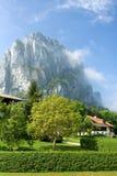 Ruhige Landschaft am Fuß des nebeligen Berges Stockfotos