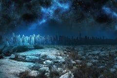 Ruhige Landschaft mit Stadt auf dem Horizont Lizenzfreie Stockfotos