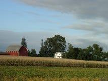 Ruhige landwirtschaftliche Straße und roter Stall stockfotografie