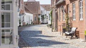 Ruhige leere europäische Kopfsteinsteinstraße morgens Lizenzfreies Stockfoto