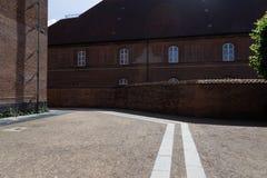 Ruhige lokalisierte Straße mit historischem Backsteinbau in Kopenhagen Stockbilder