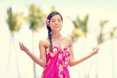 Ruhige Meditationsfrau, die auf Hawaii-Strand meditiert Stockbilder
