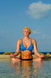 Ruhige meditierende Frau im Pool im Paradies Lizenzfreie Stockbilder