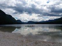 Ruhige Oberfläche von einem See mit dem Bedrohen bewölkt sich lizenzfreie stockfotos