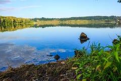 Ruhige Oberfläche von Teich Stockbild