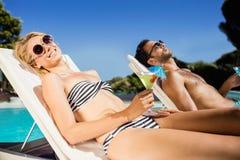 Ruhige Paare, die Cocktails ein Sonnenbad nehmen und halten Lizenzfreies Stockfoto