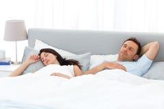 Ruhige Paare, die morgens auf ihrem Bett schlafen Stockfoto
