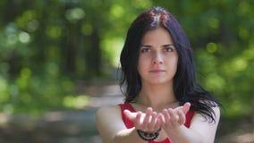 Ruhige Schönheit erreicht Hände, um Hilfe, Anteilklugheit anzubieten, einladen, um zu verbinden stock footage