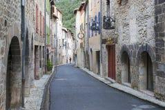 Ruhige schmale Straße der mittelalterlichen Stadt von Villefranche de Conflent in Frankreich stockfotos
