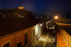 Ruhige schmale Straße unter der Medicean-Festung in der Nacht Portoferraio, Elba-Insel Lizenzfreies Stockfoto