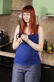 Ruhige schwangere Frau mit Schale stockfotos