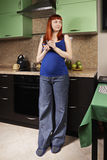 Ruhige schwangere Frau mit Schale lizenzfreies stockbild