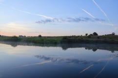 Ruhige Sommerlandschaft mit Fluss lizenzfreie stockbilder