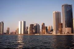 Ruhige Stadt durch das Wasser Lizenzfreie Stockbilder