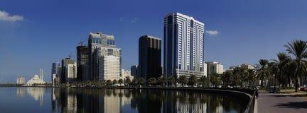 Ruhige Stadt durch Wasser Stockbilder