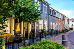 Ruhige Straße im historischen niederländischen Fischerdorf von Bunschoten-Spakenburg mit erneuerten Reihen-Häusern Lizenzfreie Stockbilder
