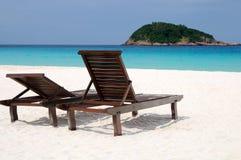 Ruhige Strandatmosphäre mit zwei Stühlen Stockfotos