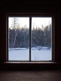Ruhige Szene der Winter-Natur durch die Fenster-Scheibe Lizenzfreie Stockfotografie
