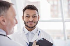 Ruhige therapeutische Argumentierung mit phisician im Büro Lizenzfreies Stockfoto